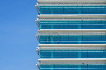 Foto de Primer plano del moderno edificio de rascacielos de oficinas - Imagen libre de derechos