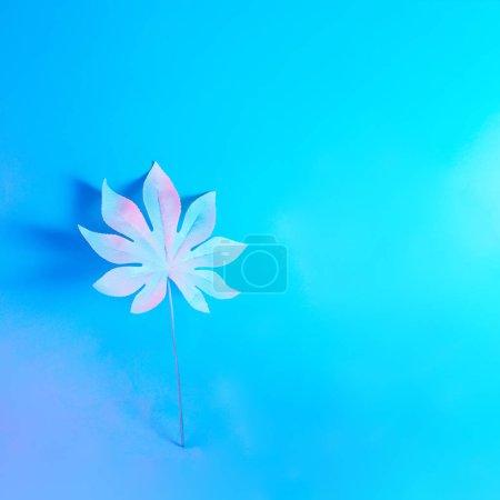 Photo pour Feuille de palmier tropical aux couleurs néon holographique gradient gras vibrant, Concept art - image libre de droit
