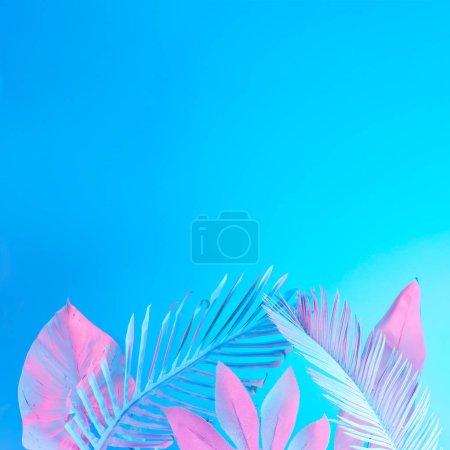 Foto de Hojas de Palma tropical pintado blanco en colores vibrantes neón holográfico gradiente audaz, arte conceptual - Imagen libre de derechos