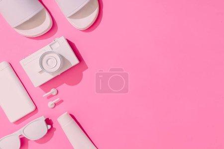 Photo pour Mise en page créative soigneusement arrangée avec divers objets d'été sur fond rose pastel, concept de vacances minimal - image libre de droit