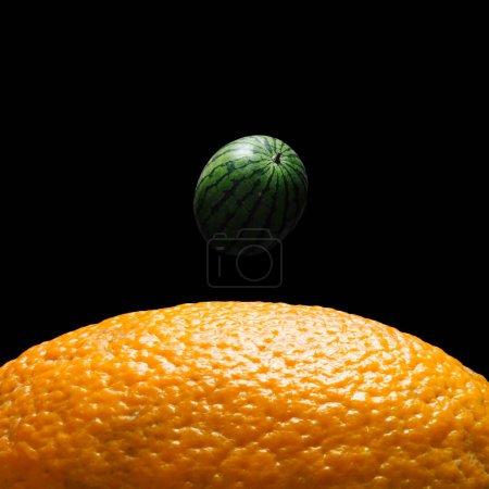 Photo pour Vue de la terre de surface de la lune faite de pastèque et orange sur fond sombre, concept fruits espace abstrait - image libre de droit