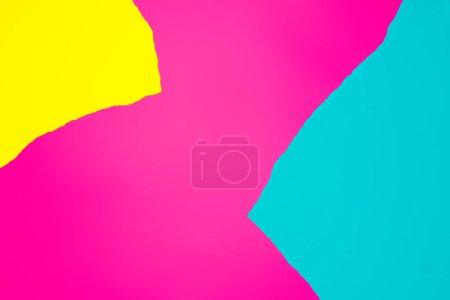 Photo pour Mise en page créative avec des papiers vives colorés. Couleurs art abstrait. Concept de minime. Poser de plat. - image libre de droit