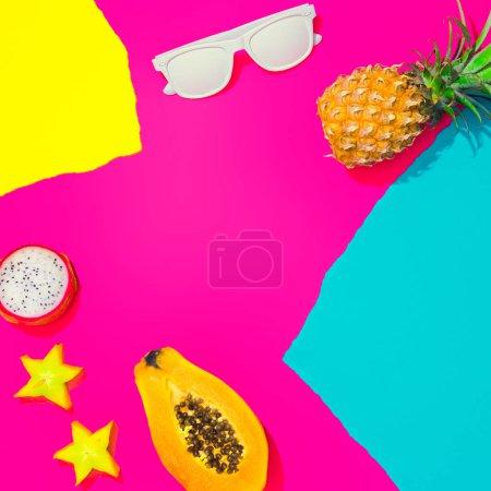 Photo pour Créative tropicale mise en page avec les fruits tropicaux. les papiers de vives colorés et les feuilles. Couleurs art abstrait. Concept d'été minimes. Poser de plat. - image libre de droit