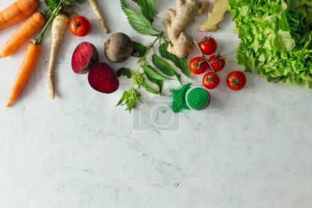 Foto de Diseño de cocina creativa con frutas, verduras y hojas sobre fondo brillante mesa de mármol. Concepto de comida saludable mínimo. Endecha plana. - Imagen libre de derechos