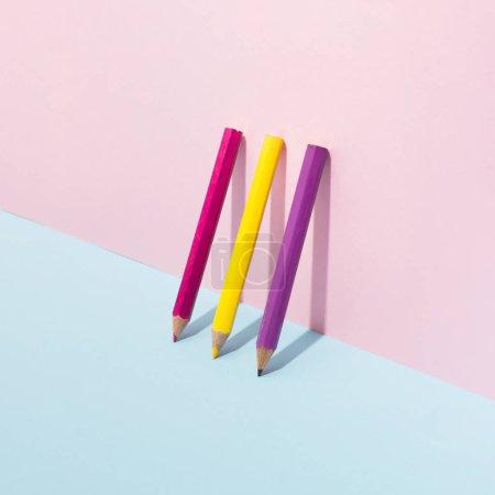 Foto de Lápices de colores escolar sobre fondo pastel. Mínimo concepto de arte - Imagen libre de derechos