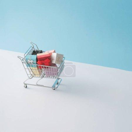 Photo pour Panier rempli de boîtes-cadeaux. Concept de vente minimale - image libre de droit