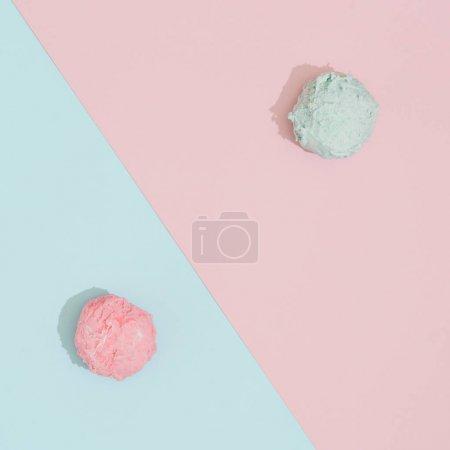 Photo pour Cuillères à glace sur fond rose pastel et bleu. Concept minimaliste de nourriture d'été - image libre de droit