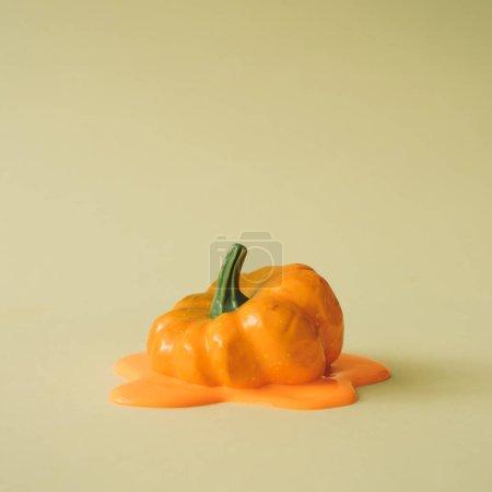 calabaza naranja derretida. Halloween y el concepto del día de acción de gracias .