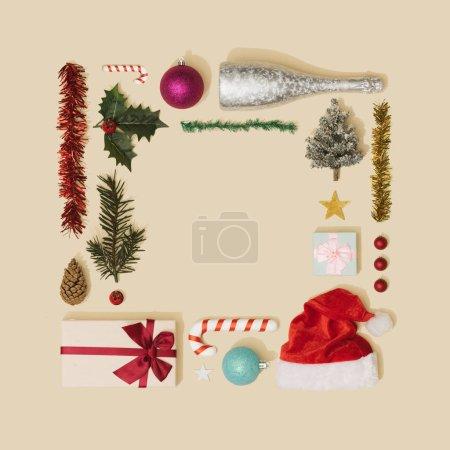 Photo pour Cadre de décorations de Noël sur fond beige, concept Nouvel An - image libre de droit