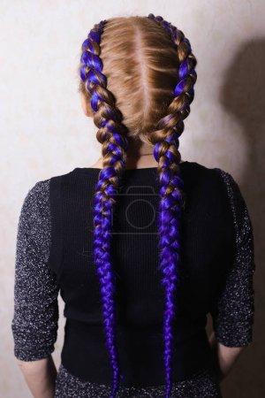Photo pour Fille avec coiffure de deux tresses colorées sur fond blanc, cl - image libre de droit