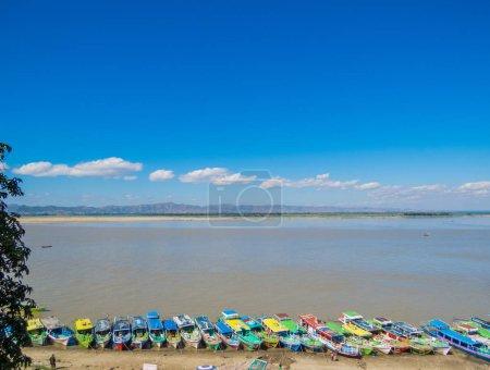 Photo pour BAGAN, MYANMAR - 6 JANVIER 2018 : Bateaux de pêcheurs en bois sur les rives de la rivière Irrawaddy . - image libre de droit