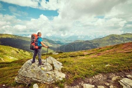 Photo pour Homme avec sac à dos de randonnée dans les montagnes voyage Lifestyle succès concept aventure vacances actives alpinisme outdoor sport coucher de soleil paysage - image libre de droit