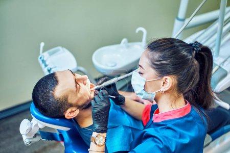 Photo pour Dentiste et infirmière dentaire utilisant du matériel dentaire - image libre de droit