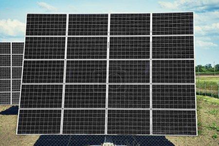 Foto de Estación solar. Paneles solares para la producción de energía solar natural a lo largo del camino . - Imagen libre de derechos