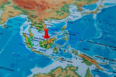 Photo pour Broches sur la carte se bouchent à Bornéo. flou artistique - image libre de droit