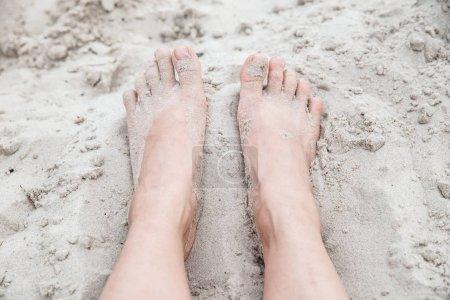 Photo pour Femme aux pieds nus dans le sable se bouchent. concept de l'heure d'été. se reposer à la plage - image libre de droit