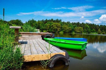 Photo pour Bateaux à quai en bois. paysage paisible. personne ne - image libre de droit