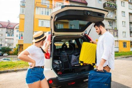 Photo pour Deux valises dans le coffre de la voiture. voyage sur la route. Voyage voiture - image libre de droit