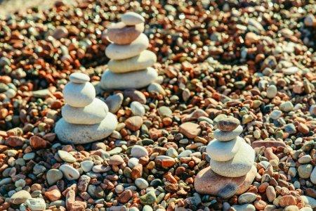 Photo pour Équilibrée des rochers au bord de mer. plage rocheuse sur le coucher du soleil. gros plan - image libre de droit