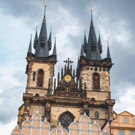 Photo pour Notre Dame tyn tours d'église à prague. d'une ville - image libre de droit