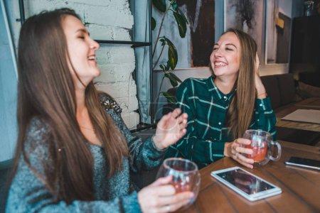 Foto de Dos amigas hablando en café y beber un té. concepto de reunión - Imagen libre de derechos
