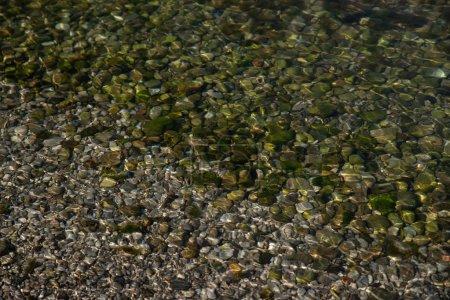 Photo pour Roches, l'eau avec des cailloux. texture. arrière-plan - image libre de droit