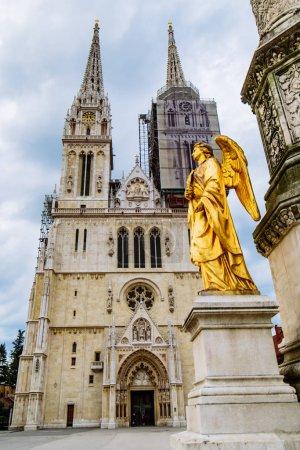 Photo pour Cathédrale de Zagreb ancienne église gothique européenne. lieu historique - image libre de droit