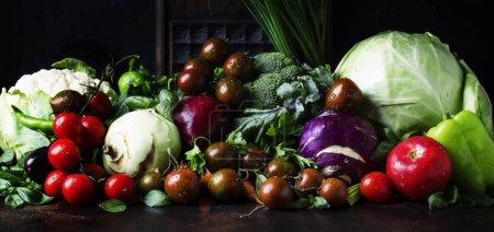 Photo pour Été légumes mélangés, concept de saine alimentation, nature morte sur un fond sombre, accent sélectif - image libre de droit