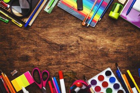 Photo pour Retour à l'école arrière-plan avec espace pour le texte, cahiers, stylos, crayons, autres articles de papeterie sur le bureau de l'école en bois, concept d'éducation, plat, vue sur le dessus - image libre de droit