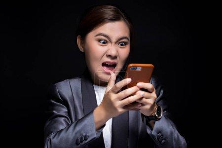 Photo pour Femme utiliser le smartphone et elle se sent en colère - image libre de droit