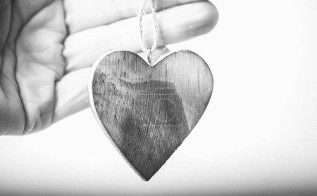 Photo pour Modèle de carte de Saint-Valentin avec main tenant coeur en bois - image libre de droit