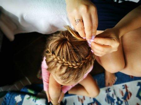 Photo pour Tresses coiffeur et jolie fille - image libre de droit