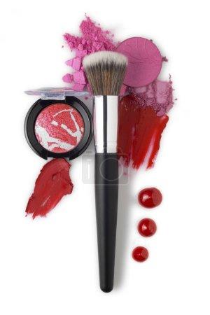 Photo pour Concept créatif beauté mode photo de produit cosmétique maquillage brosses kit avec fard à lèvres cassé fard à paupières sur fond blanc . - image libre de droit