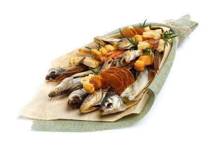 Photo pour Bouquet composé de salé stockfish de différentes races, tranches de calmar séché et autres mensonges de poissons sur une surface blanche. Gros plan - image libre de droit