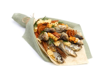 Photo pour Bouquet composé de poissons salés de différentes races, tranches de calmar séché et d'autres poissons se trouve sur une surface blanche - image libre de droit