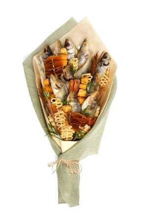 Photo pour Bouquet composé de seiches salées de différentes races, tranches de calmar séché et autres poissons sur fond blanc - image libre de droit
