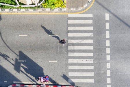Photo pour Les gens marchent à travers la rue d'affaires de la ville (vue aérienne du dessus) - image libre de droit