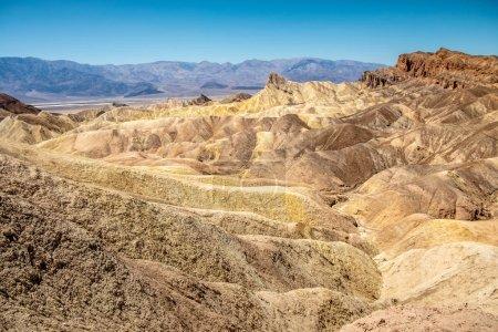 Photo pour Érosion des collines volcaniques de cendres et de limon, badlands, à Zabriskie Point, Death Valley National Park, Californie, États-Unis - image libre de droit