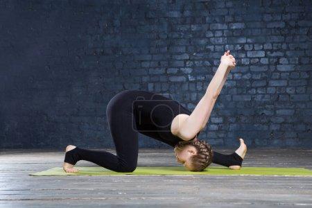 Photo pour Portrait de belle jeune femme pratiquant le yoga en mur urbain. Une série de poses de yoga. Fitness, sport, yoga - concept. - image libre de droit