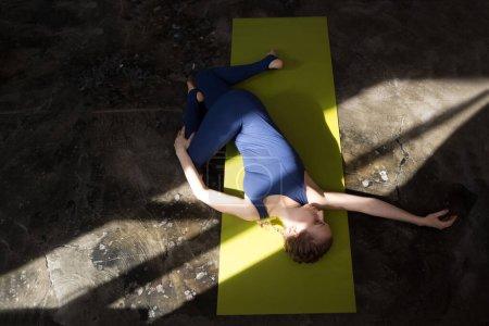 Foto de Retrato de una hermosa joven practicando yoga en la pared urbana. Una serie de poses de yoga. Fitness, deporte, yoga - concepto. - Imagen libre de derechos