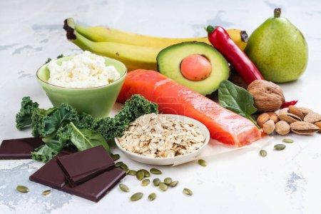 Photo pour Assortiment d'aliments - sources naturelles de la dopamine. Aliments bons pour le cerveau sur fond blanc. Espace copie - image libre de droit