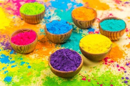 Photo pour Peintures en poudre indiennes colorées pour le festival Holi dans des bols en bois - image libre de droit