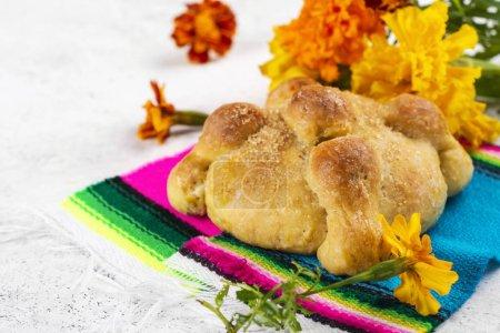 Photo pour Jour mexicain traditionnel du pain mort, Pan de Muerto et soucis jaunes et orange sur fond - image libre de droit
