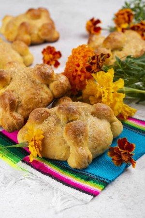 Photo pour Pain mexicain traditionnel de la casserole morte de muerto. Dia de los muertos backgound avec du pain mexicain traditionnel et des souci - image libre de droit