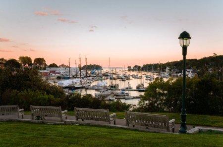 Photo pour Parc public riverain avec des culottes en bois faisant face à un beau port à Twilight. Camden, ME, États-Unis . - image libre de droit