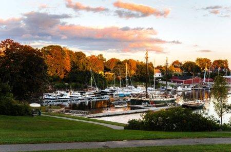 Photo pour Vue sur le port et un parc riverain au coucher du soleil. Camden, ME, États-Unis - image libre de droit