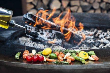 Photo pour Tas de légumes crus dans l'huile d'olive prêt à griller - image libre de droit