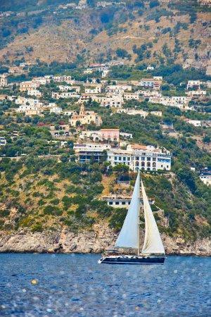 Photo pour Positano, Côte amalfitaine, Campanie, Italie. Belle vue de Positano le long de la côte amalfitaine en Italie en été. Vue du matin paysage urbain sur le littoral de la mer Méditerranée . - image libre de droit
