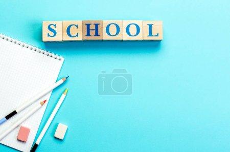 Photo pour Concept Retour à l'école Couleur Crayon Carnet Papeterie sur fond bleu. Conception Espace De Copie Fournitures Vue Du dessus Plat Lay - image libre de droit