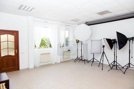 Photo pour Studio photo, matériel photo, modificateurs de lumière - image libre de droit